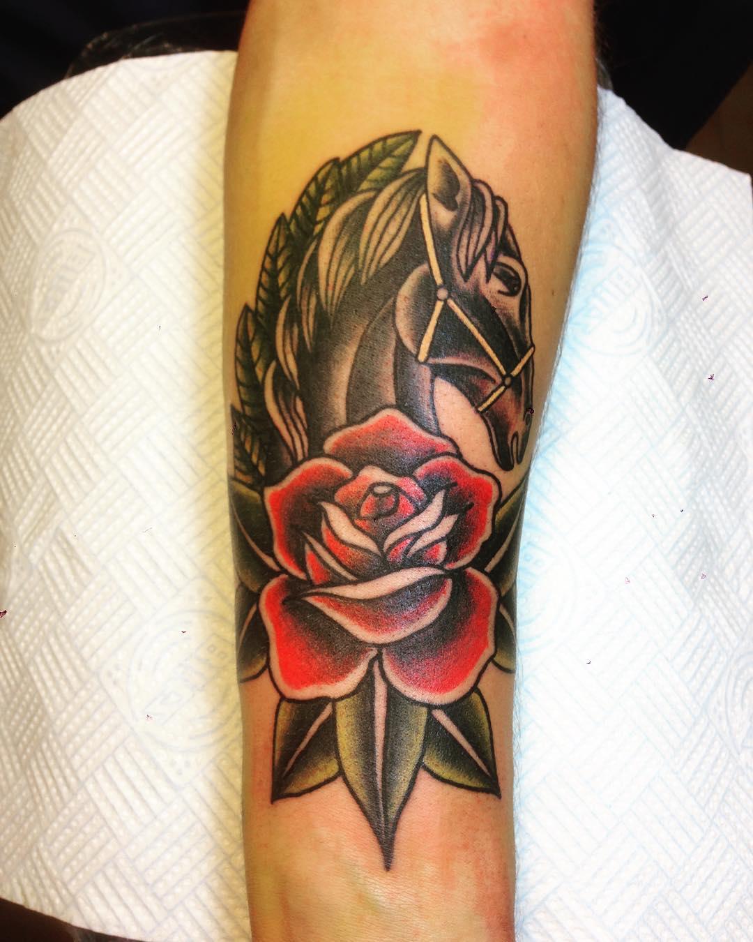 逑先生小臂oldschool玫瑰马纹身图案