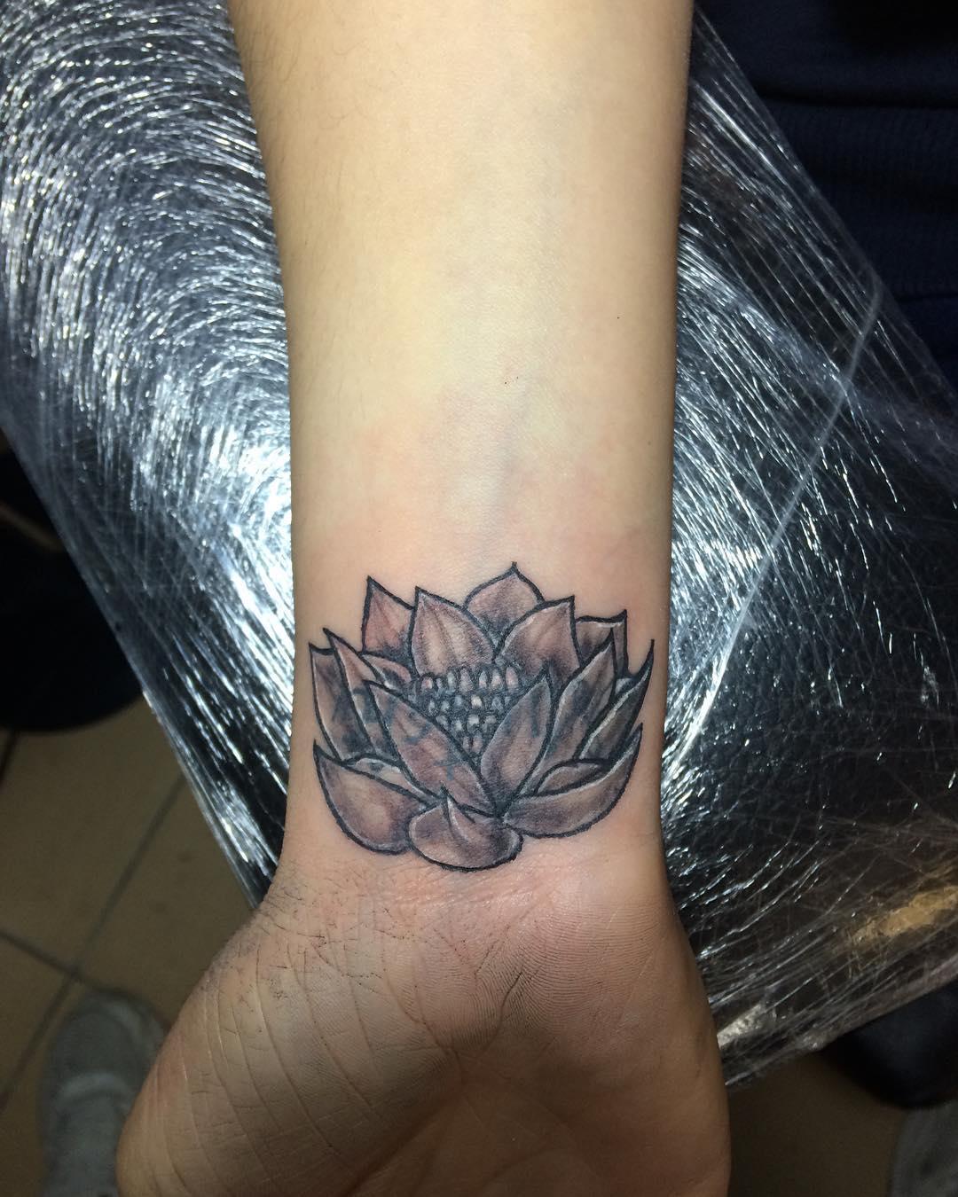 贡先生手腕莲花纹身图案