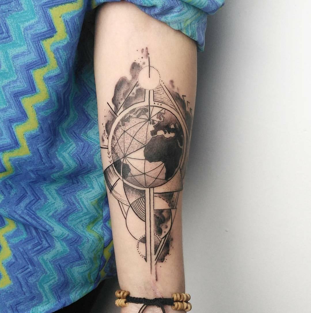 易小姐小臂几何图形地球纹身图案