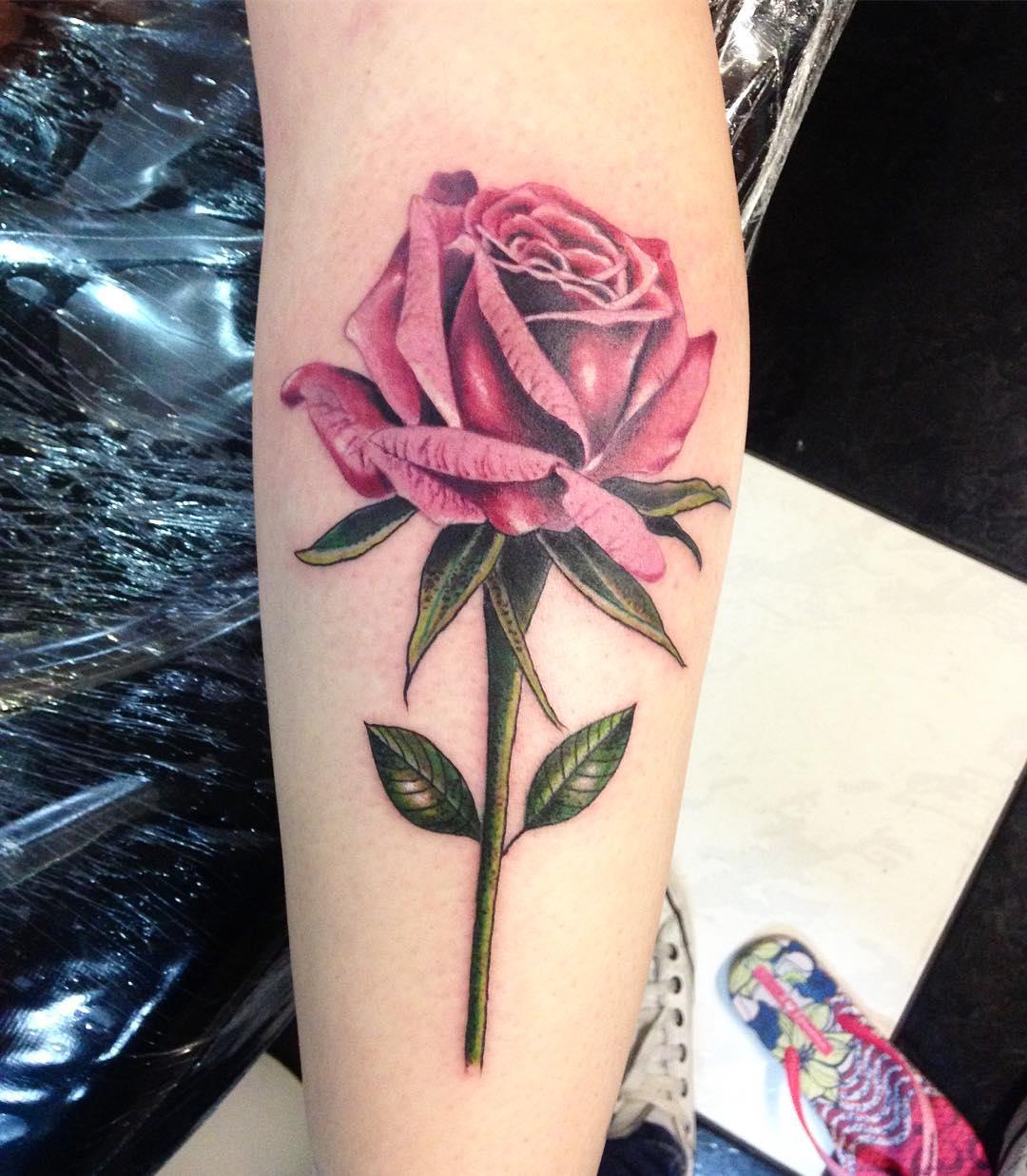 大连御府山海观某龙虾店老板阎小姐小臂玫瑰纹身图案