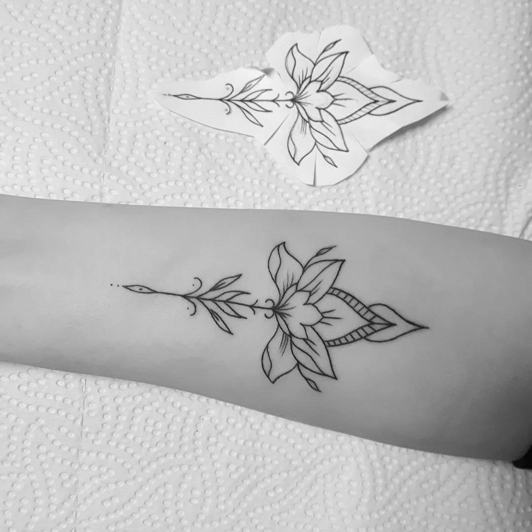 做公关专员的滑小姐小臂梵花纹身图案