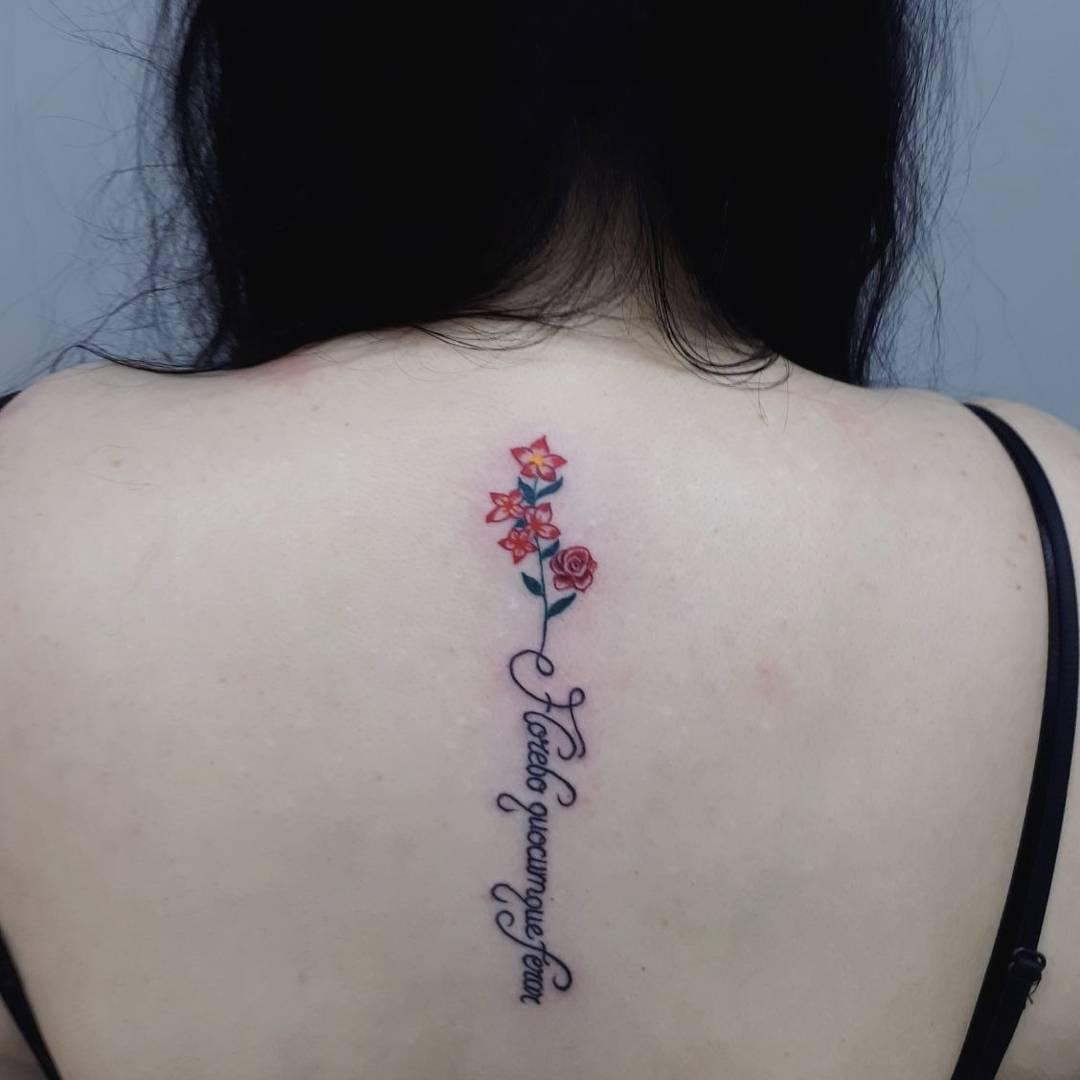 蒋小姐后背英文字小花纹身图案