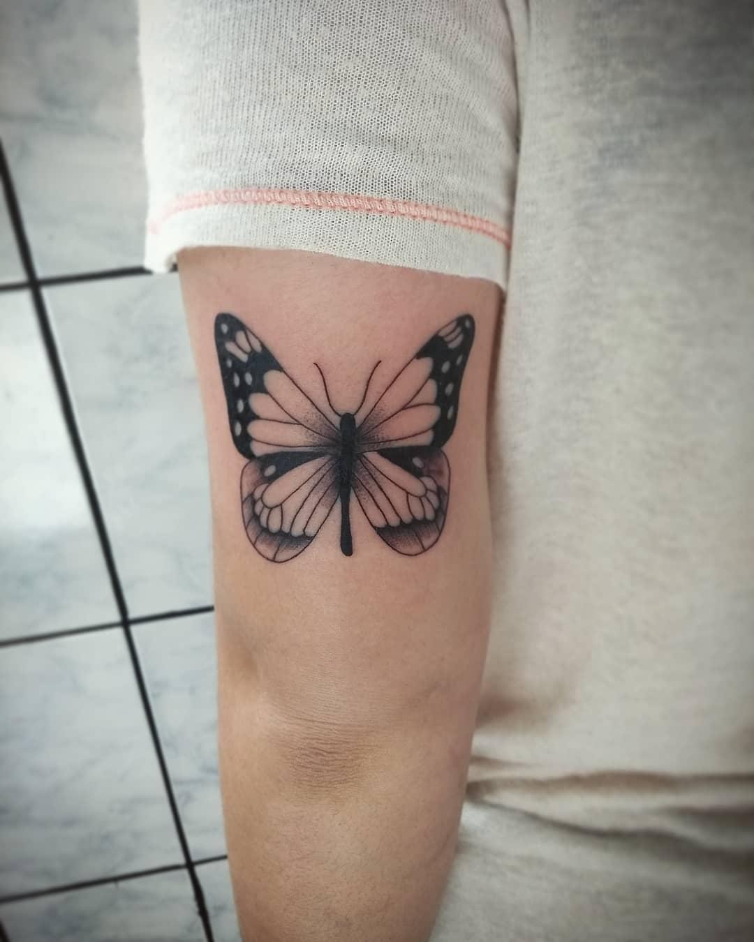 做瑜伽教练的马先生大臂蝴蝶纹身图案